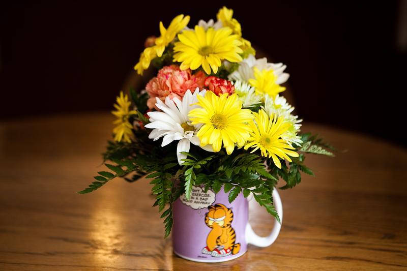 Garfield coffee mug with carnations and daisies