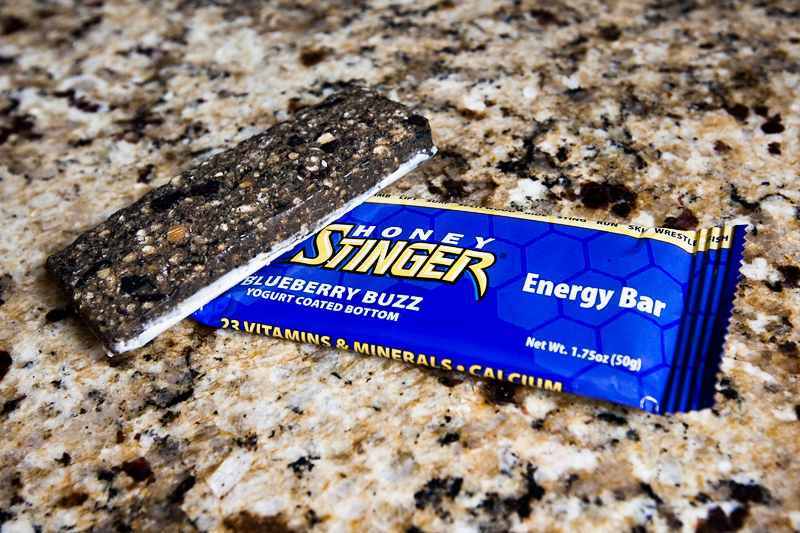 honey-stinger-energy-bar-review-blueberry-buzz-01