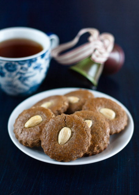 almond-gingerbread-cookies