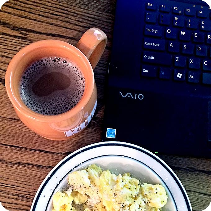 coffee-mug-breakfast-and-laptop
