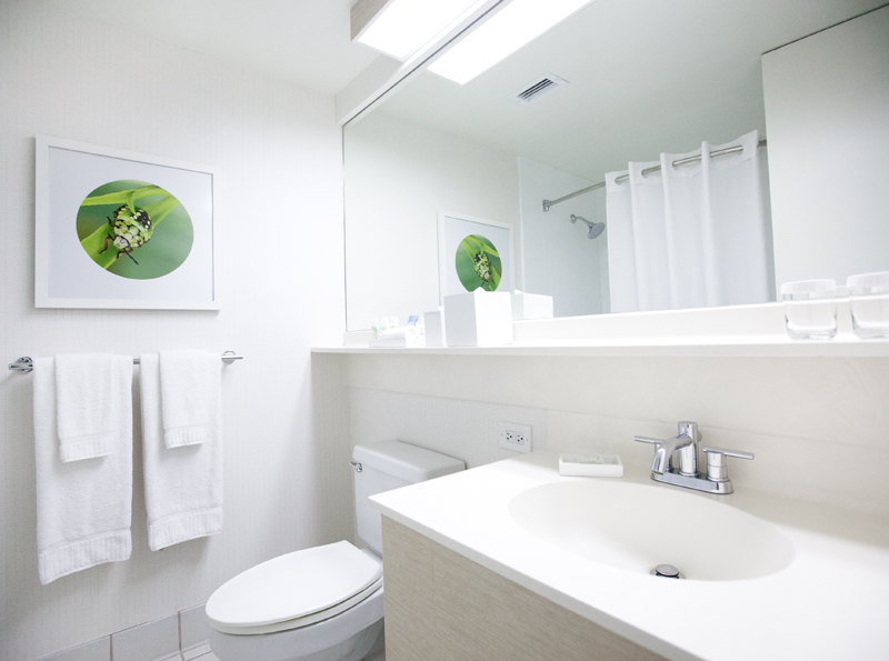 shoreline-waikiki-hawaii-hotel-review-bathroom-01