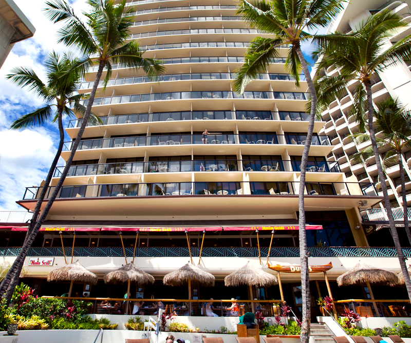 dukes-waikiki-walk-up-barefoot-bar-from-beach-01