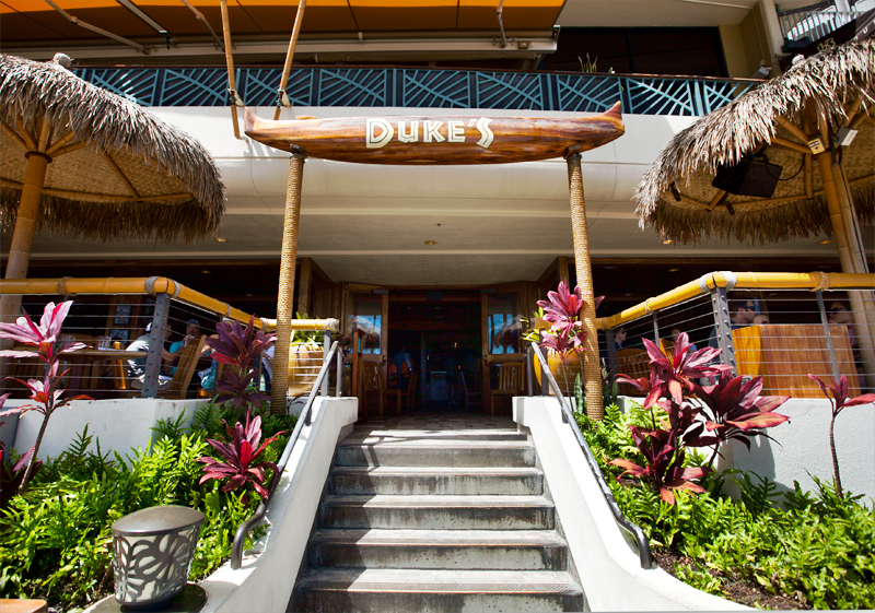 dukes-waikiki-walk-up-barefoot-bar-from-beach-02