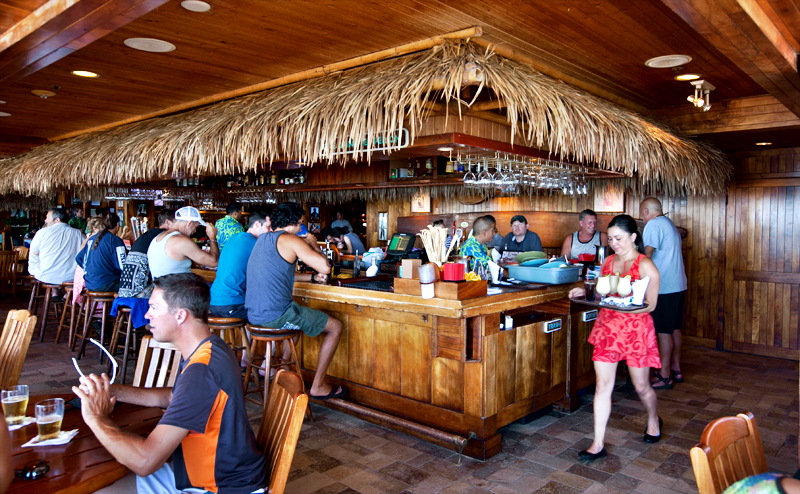 dukes-waikiki-walk-up-barefoot-bar-from-beach-03