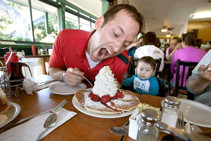 eggs-n-things-waikiki-hawaii-breakfast-strawberry-whipped-cream-pancakes-with-macadamia-nuts-02