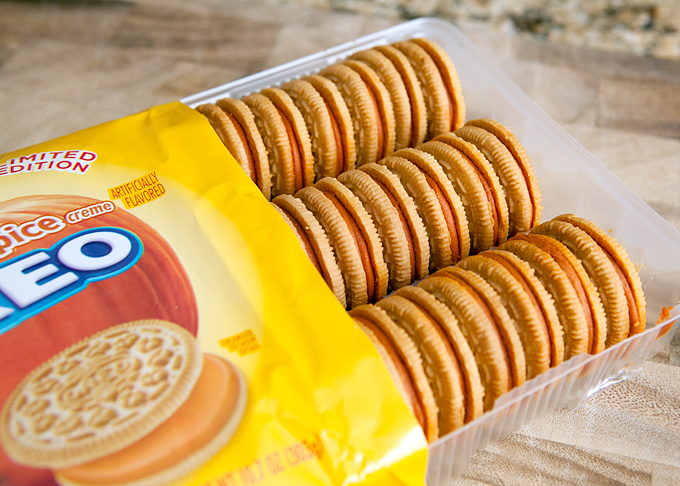 pumpkin-spice-oreos-lined-up-in-package