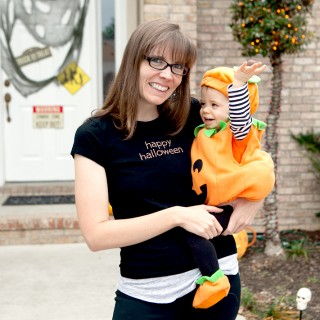 mom-and-baby-dressed-as-pumpkin-on-halloween-02