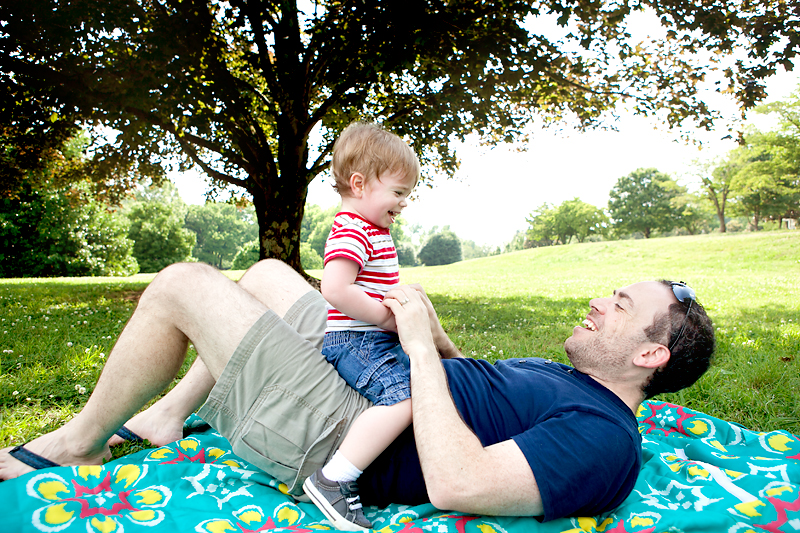 baby-playing-with-daddy-outside-at-park-01