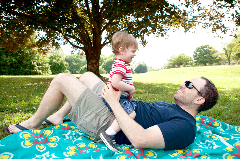 baby-playing-with-daddy-outside-at-park-02