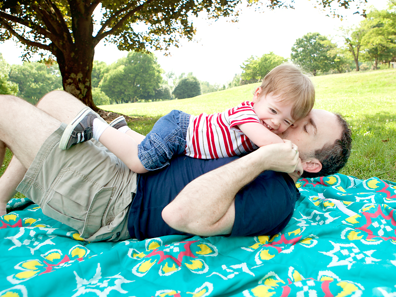 baby-playing-with-daddy-outside-at-park-03