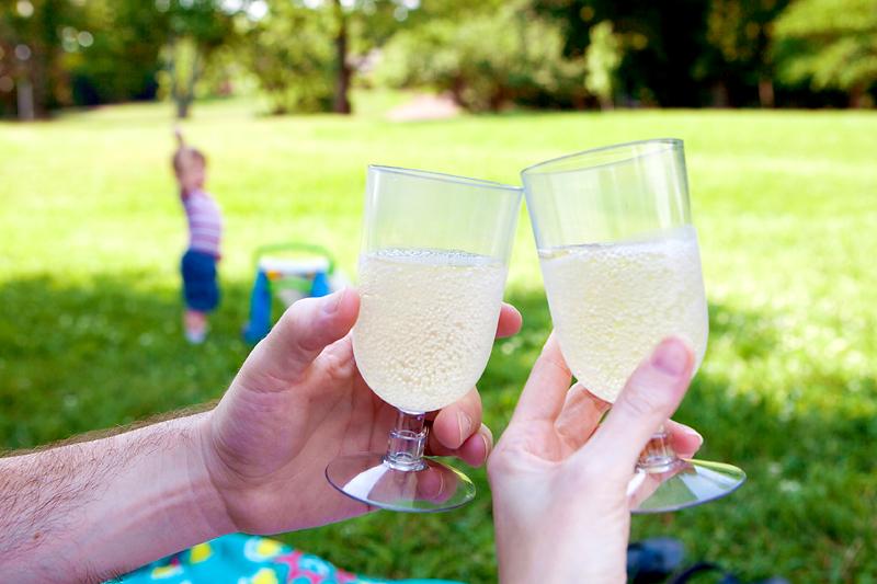 sparkling-grape-juice-toast-glasses