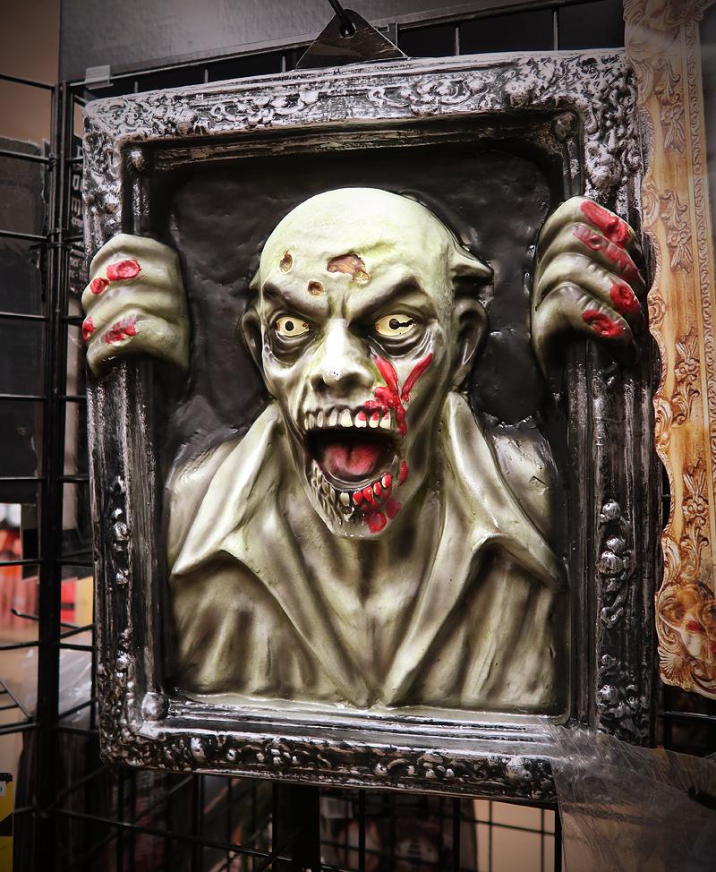 creepy-halloween-decoration-at-halloween-city