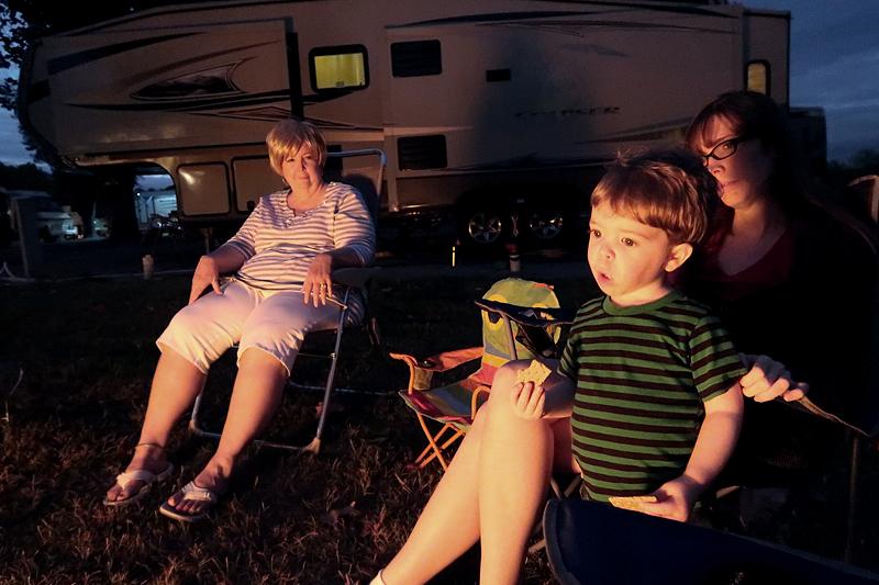 campfire-eating-graham-crackers