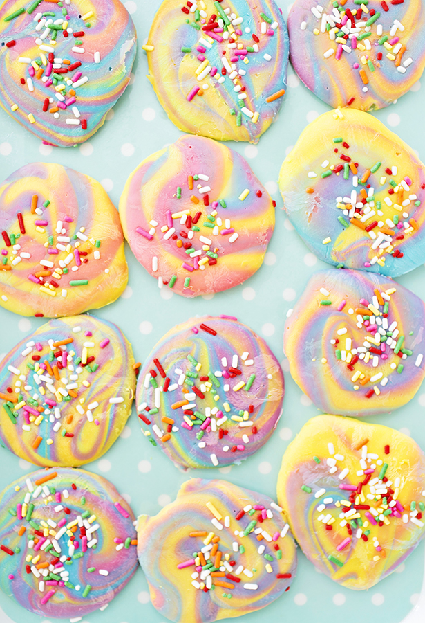 Unicorn party food ideas! A huge round up of recipes and unicorn DIY party ideas for all kinds of treats! Unicorn popcorn, unicorn cookies, unicorn fudge, unicorn cupcakes, unicorn cake, unicorn treats, and so much more!